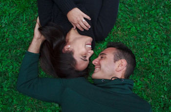 25 canciones felices ¡prepárense para desatar la alegría en pareja!