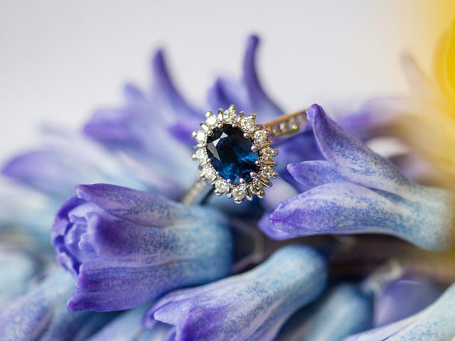 Anillos de compromiso de piedra azul: opciones bellísimas para prometerse amor eterno