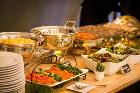 Cómo calcular la cantidad de comida para la recepción de bodas
