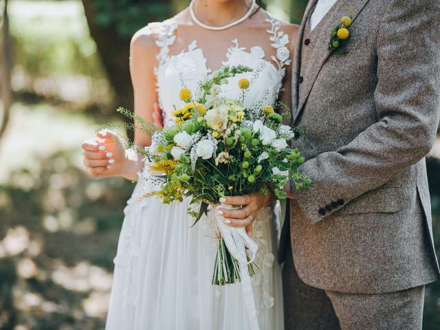 6 ideas inspiradoras para su boda con el dúo Pantone del 2021: Illuminating + Ultimate Gray