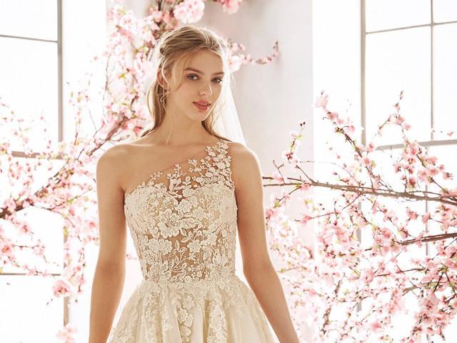 25 vestidos con escote asimétrico: enamórate de esta tendencia bridal 2020