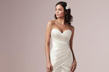 30 vestidos para novias con poco busto: secretos del diseño que le darán realce
