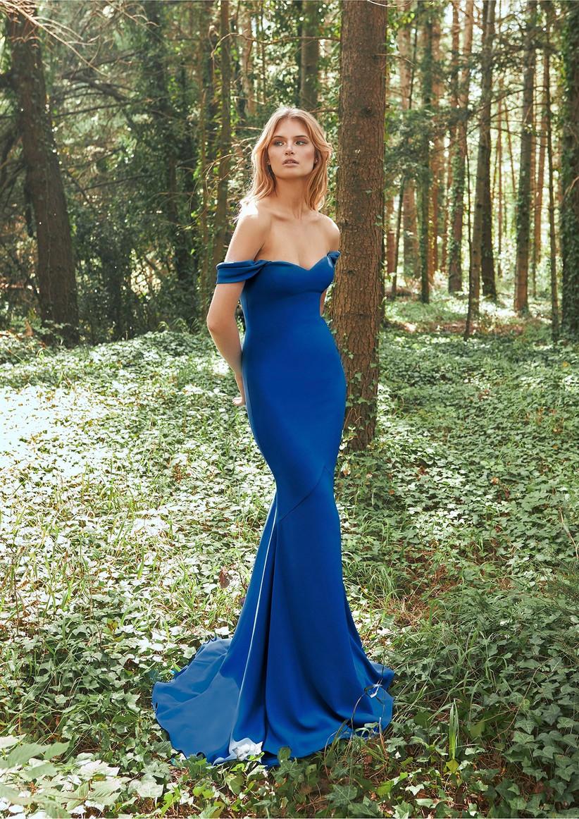 vestido largo de fiesta azul hombros caidos Pronovias