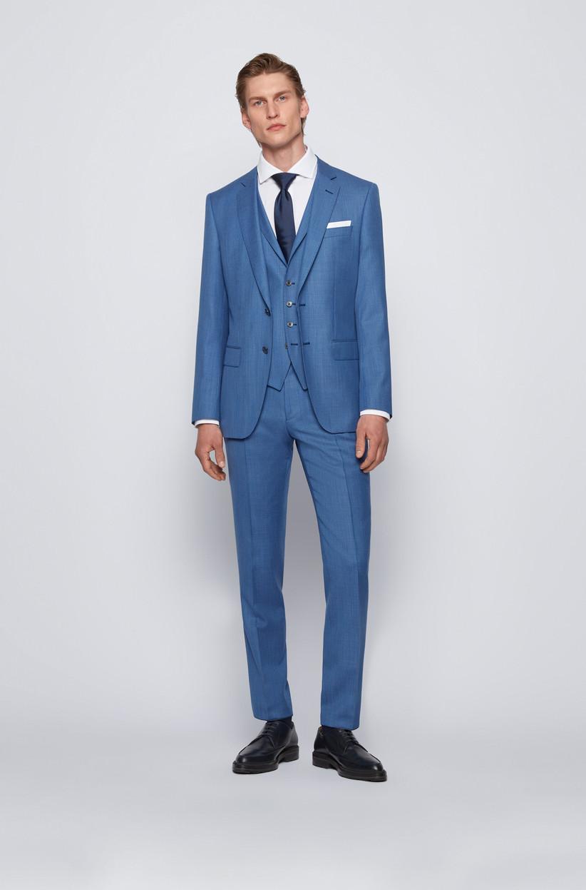 terno de novio con chaleco azul claro