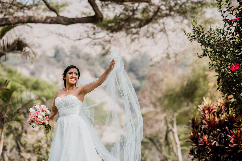 1c38faf84c Vestidos de novia con cola o sin cola  ¿cuál eliges