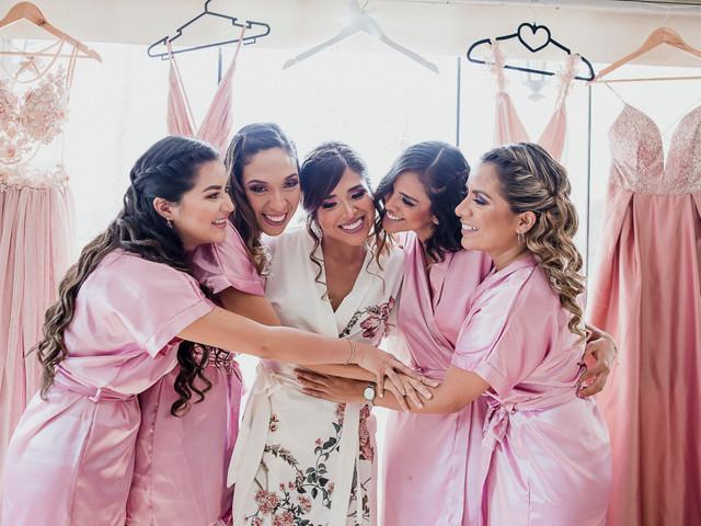 La bata de novia: 20 diseños románticos para tu detrás de cámaras