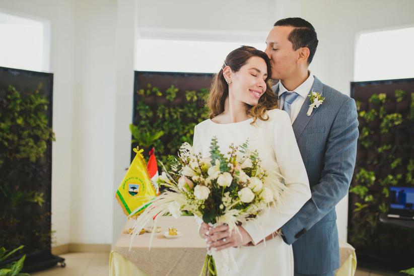 pareja matrimonio civil beso en la frente