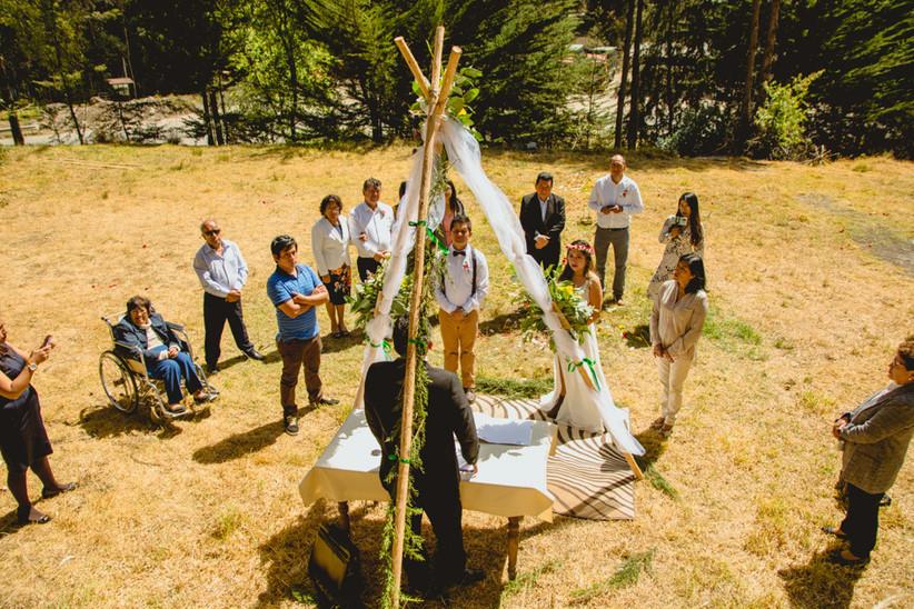 matrimonio civil al aire libre pocos invitados en el campo