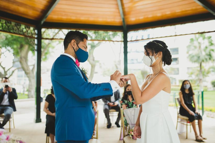 pareja matrimonio civil en el parque
