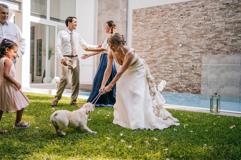 novia jugando con el perrito