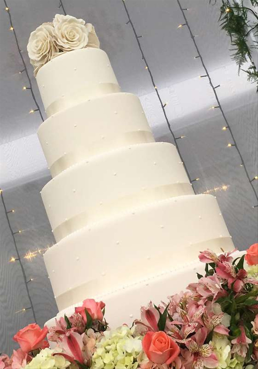 torta de matrimonio blanca en masa elástica