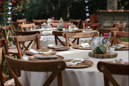 Organicen las mesas de la recepción guardando la distancia social