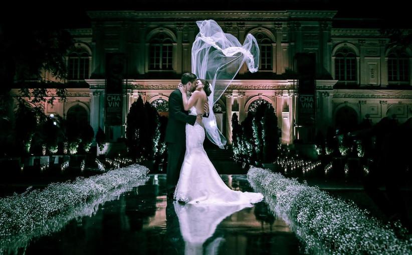 matrimonio en un palacio, novios besándose