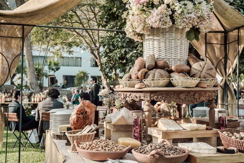 Mesa de panes y jamones andino