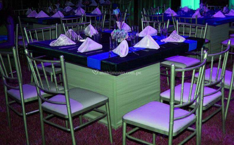Mesas cuadradas y sillas