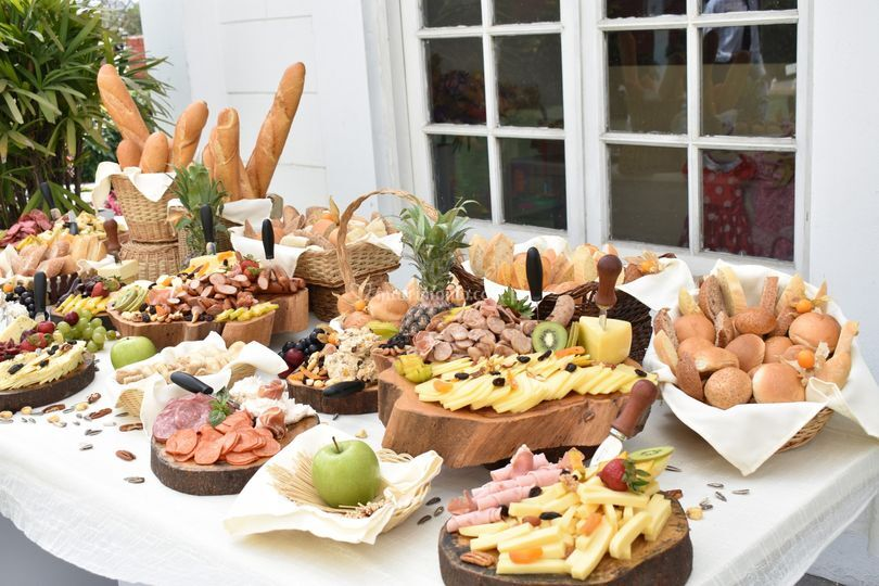 Mesa de quesos y embutidos