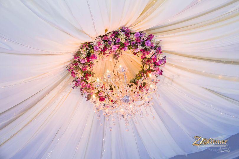 Corona de rosas y candelabro