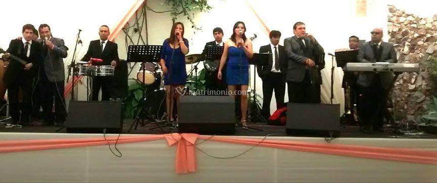 En escenario 16 músicos