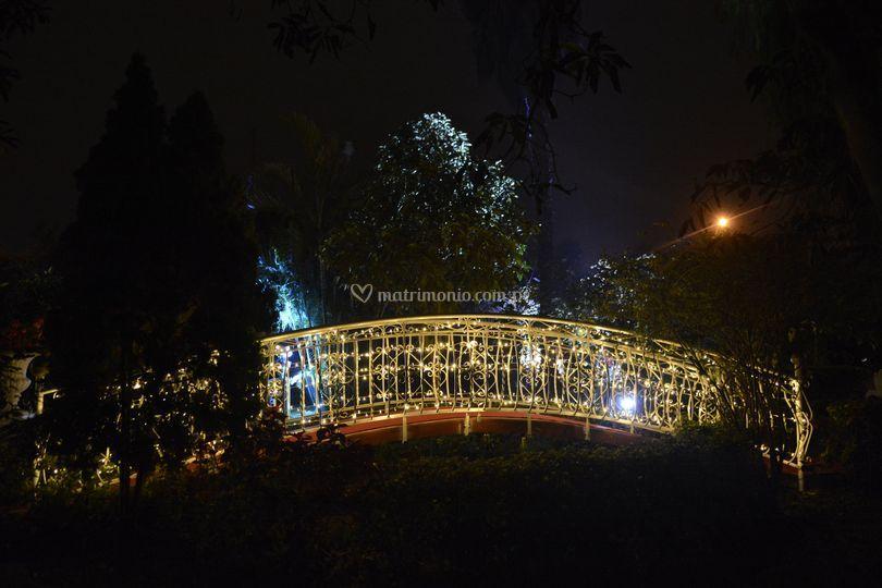 Puente de ingreso al jardín