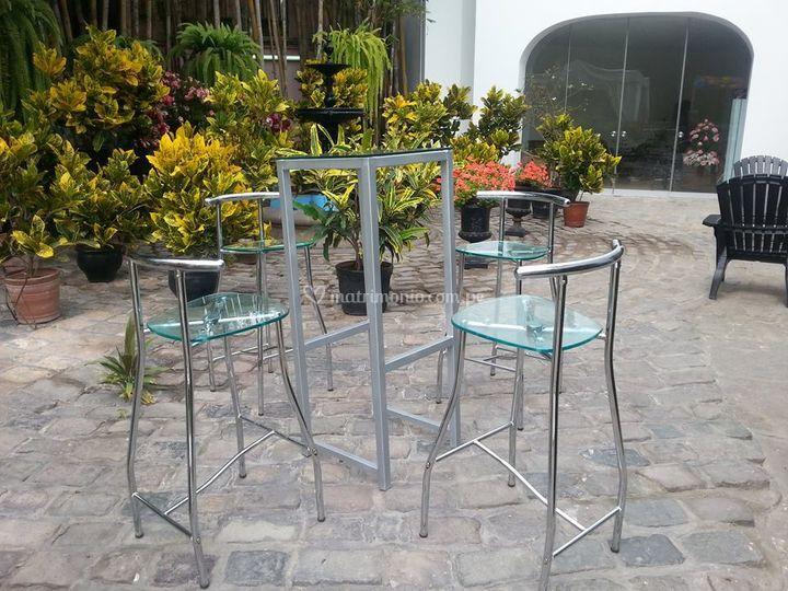 Mesa alta y sillas
