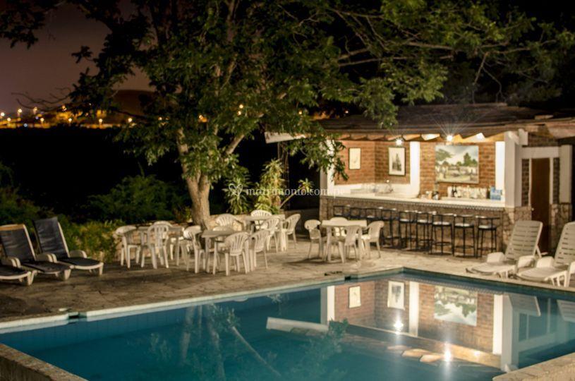 Zona de bar y piscina