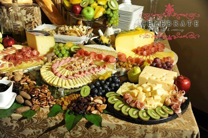 Mesa de quesos y frutas