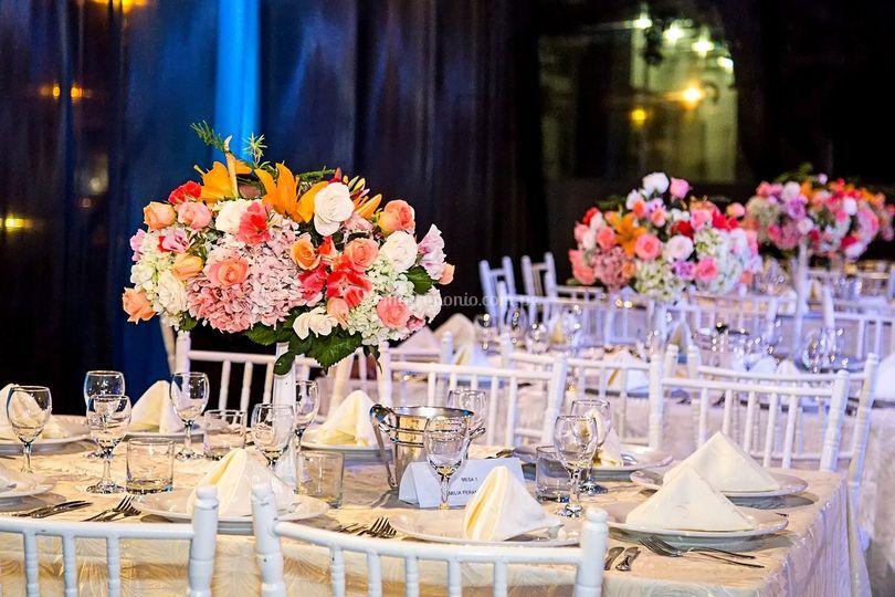 Mesas con arreglos florales
