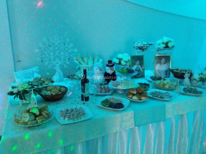 Mesa de panes, vinos y quesos