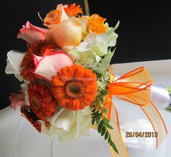 Flores mixtas en tonos naranja