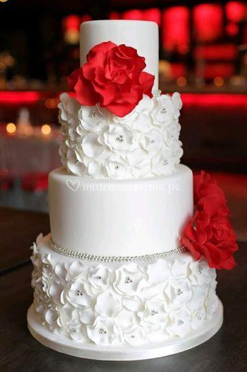 Torta boda con detalles rojos