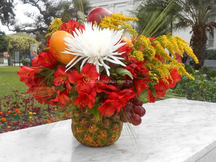 Arreglo en piña con frutas