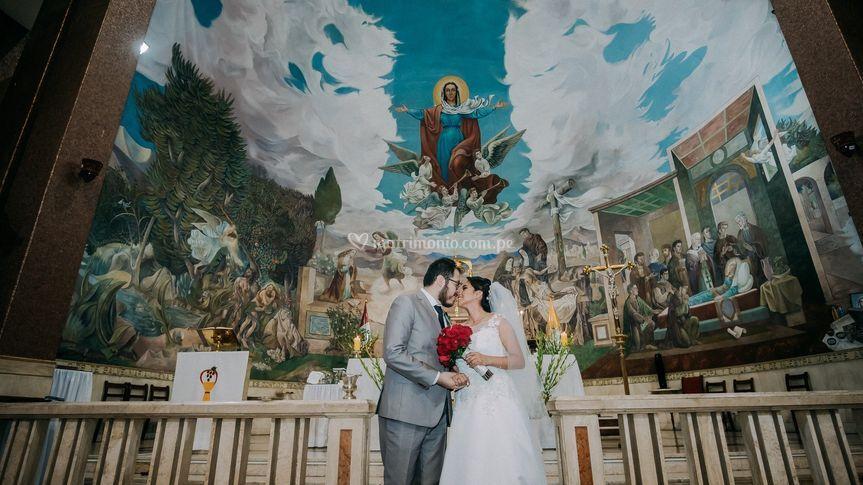 Beso en el altar