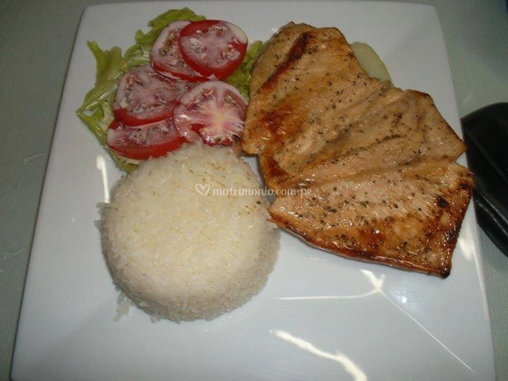 Filete de pollo, arroz y ensalada