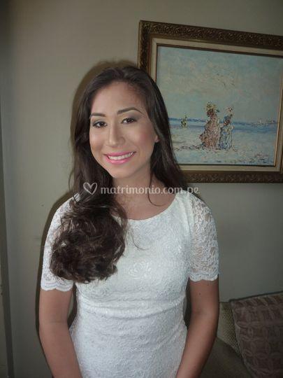 Novia feliz con su maquillaje