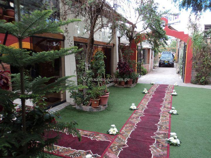 Jardín con alfombra roja