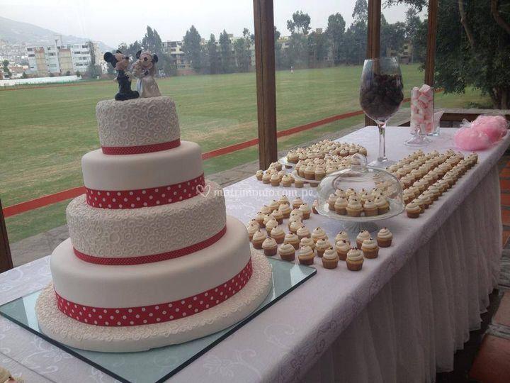 Torta y mini cupcakes