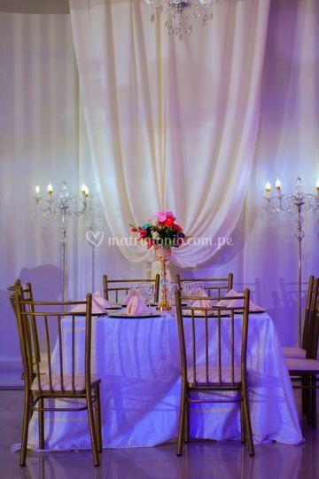 Amplia mesa de invitados