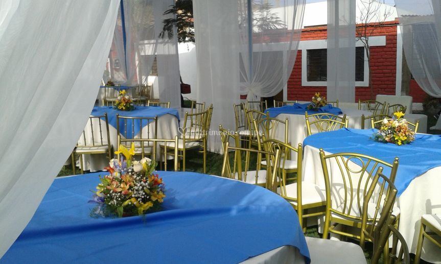 Jardín con decoración de mesas