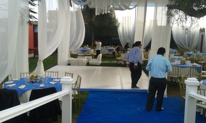 Jardín con toldo