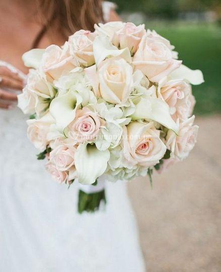 Bouquet de rosas y calas
