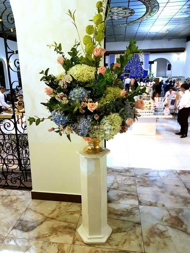 Pedestal Con Arreglo Floral De Sandra Peschiera Catering