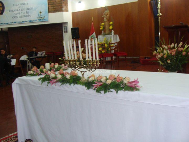 Mesa de la iglesia decorada