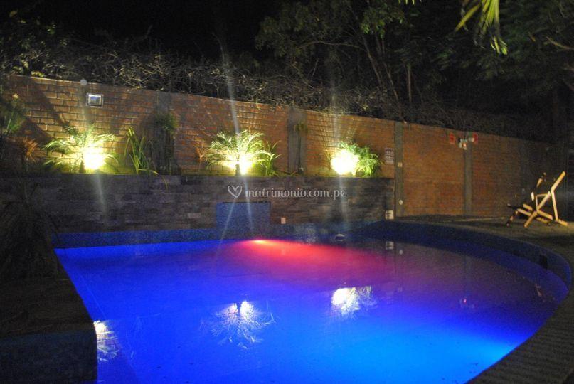 JUego luces en la piscina