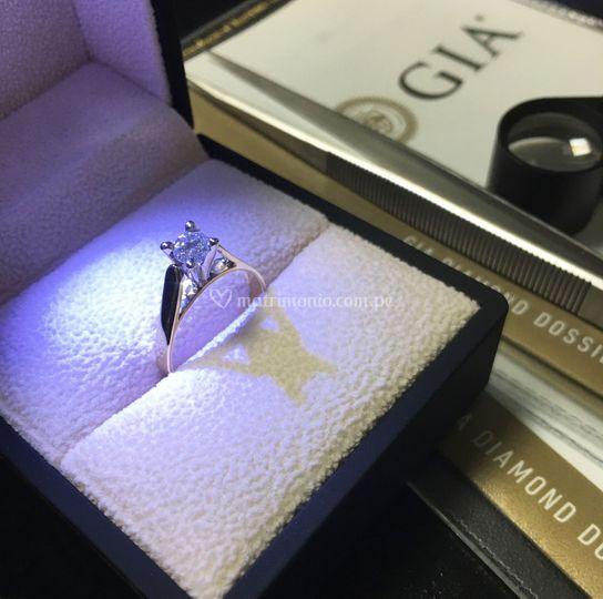 Anillo con diamante de 0.30 ct