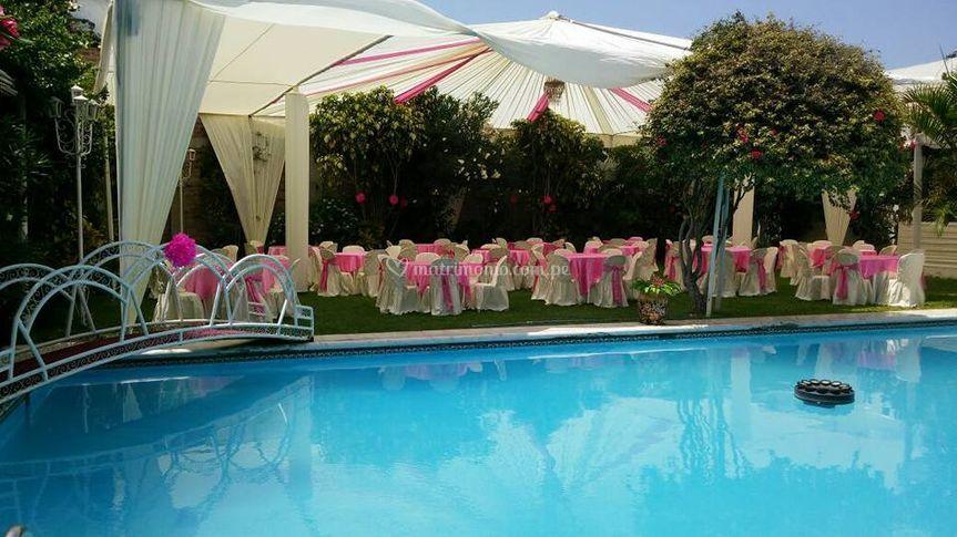 Hermosa piscina y jardines