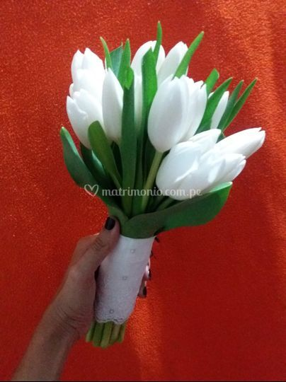 Bouquet de tulipanes en blanco