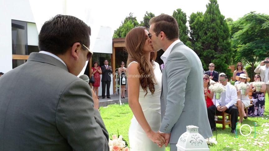 Primer beso de esposos