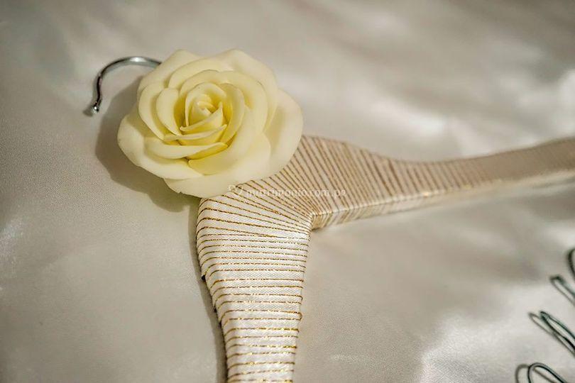 Percha con flor artificial