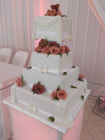 Torta cuadrada con rosas