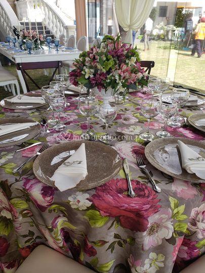 Mesa con mantel floreado